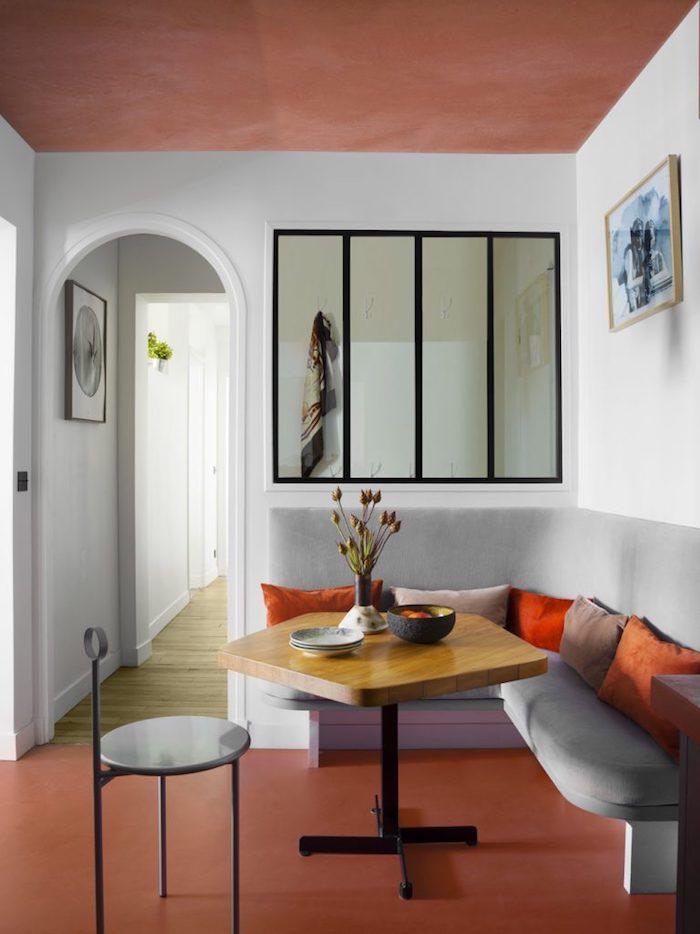 stylische inneneinrichtung wohnz esszimmer bunte deko kissen geometrischer esstisch minimalistische einrichtung mit farbe