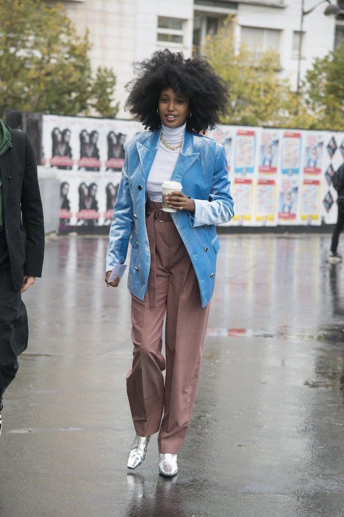 stylischer blauer langer blazer was ist eine paperbag hose outfit mit silbernen high heels und weißem t shirt
