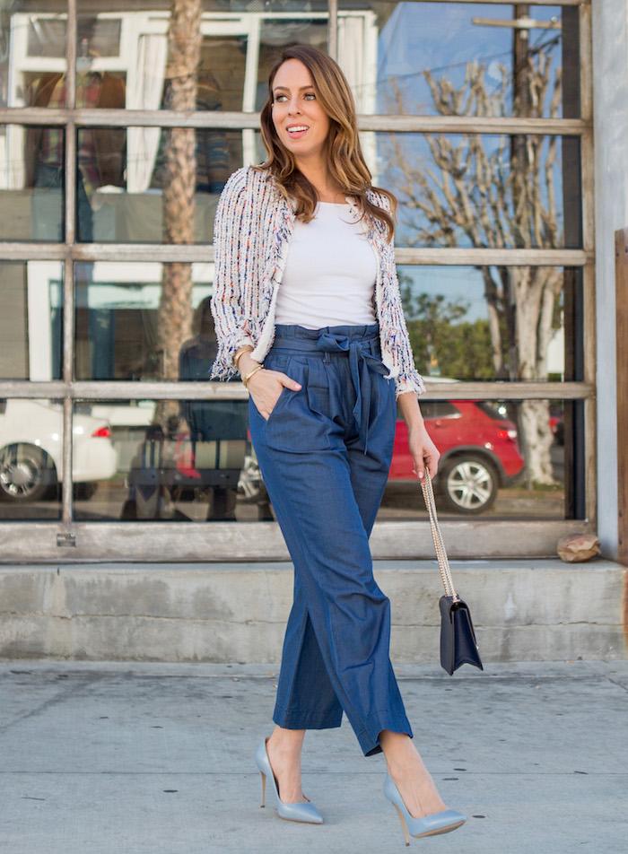 sydney street style was ist eine paperbag hose blaue hose mit hohem bund und schleifen kombiniert mit hellblauen high heels und weißem t shirt business casual outfit