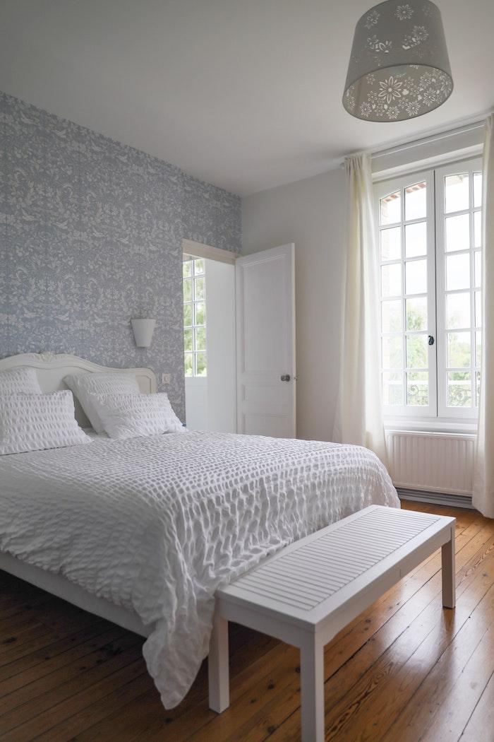 tapete blätter wandgestaltung schlafzimmer tapeten roller tapeten 3d tapetre weiß modern bett weiß weiße wände holzboden