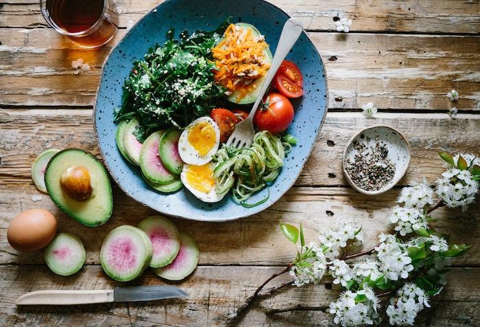 tisch aus holz salate zum grillen schnell gemacht eine schüssel mit salat und eiern messer weiße blumen