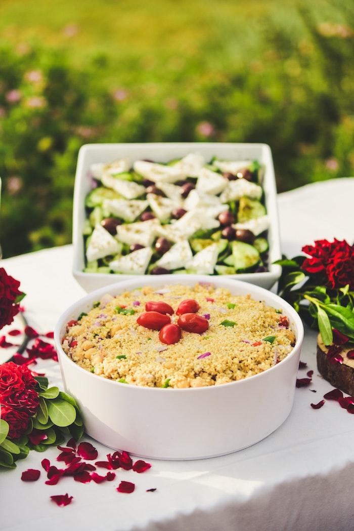 tisch mit weißer decke salat zum grillen schnell gemacht eine schüssel mit salat mit chia und frischen roten tomate
