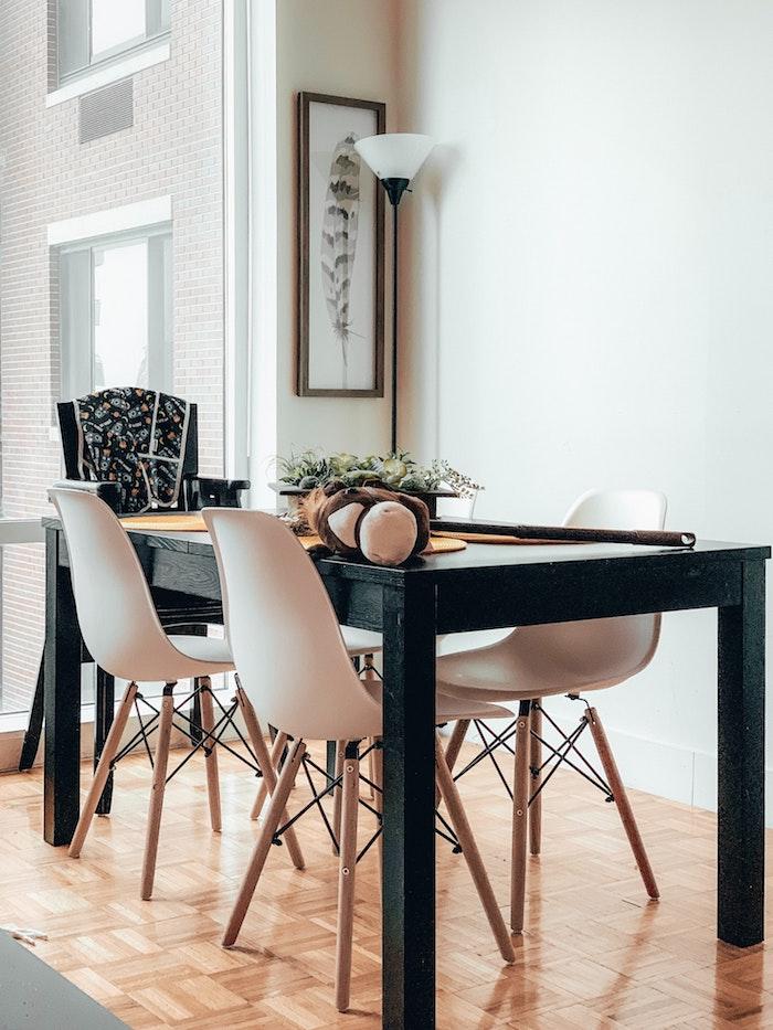 traditionelle ausstattung essbereich schwarzer tisch weiße stühle babystuhl esszimmer gestalten minimalistisch ideen