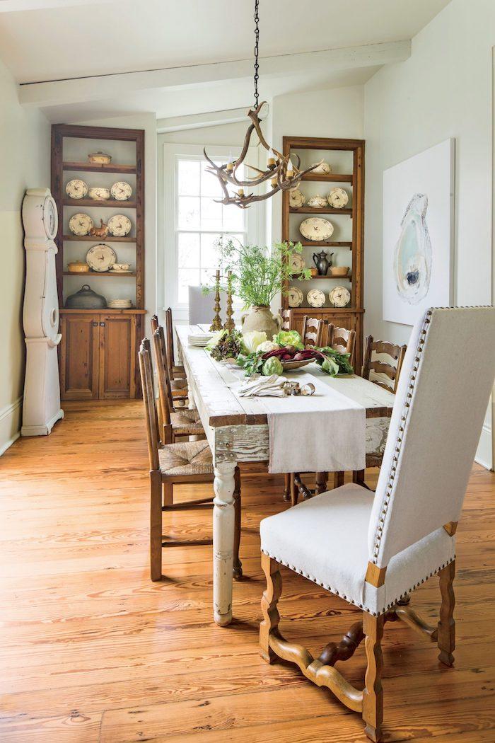 traditionrlle einrichtung essbereich große holzschränke großer tisch und stühle aus holz esszimmer gestalten modern inspiration großes gemälde an die wand