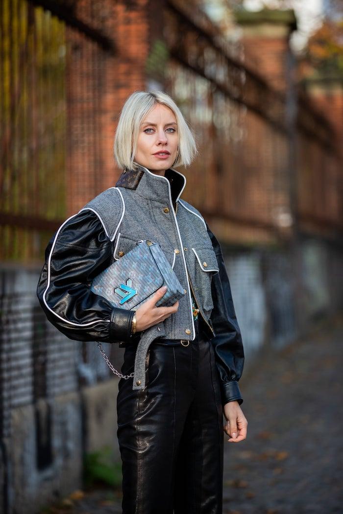 trends moderne haarschnitte pflegeleicht kurzhaarfrisuren für feines haar blonde frau mit kurzen haaren stylishes outfit schwarze lederhosen
