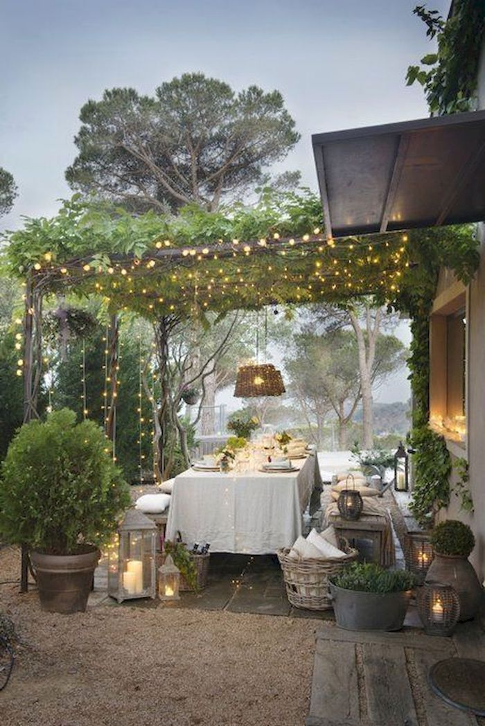 viele kleine hängeleuchten hinterhof einrichten garten modern gestalten deko bäume und pflanzen