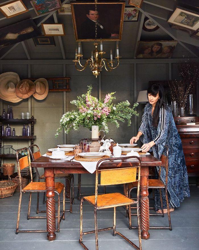 vintage einrichtung großer tisch aus holz rustikale stühle bilder an die decke gartenhaus holz einrichten modern