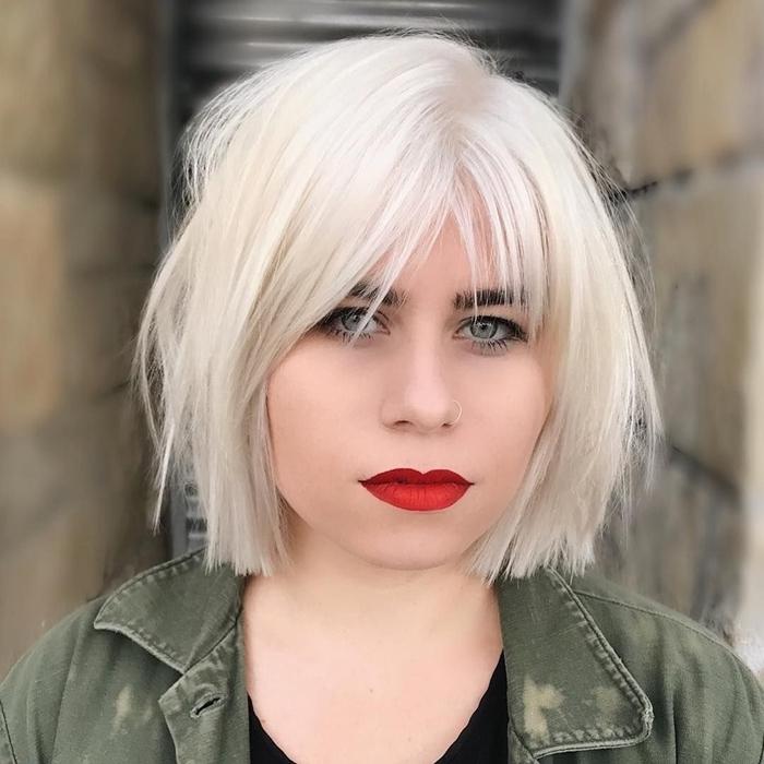 volumenschnitt für feines haar kurze haarfrisur haarfarbe platinblond roter lippenstift kurzhaarfrisur
