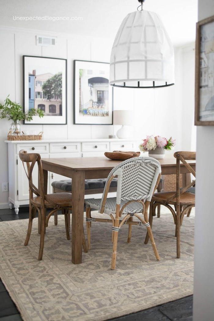 wandgestaltung essbereich bilder beiger großer teppich weiße pendelleuchte verschiendene stühle aus holz esstisch ideen esszimmer einrichtung