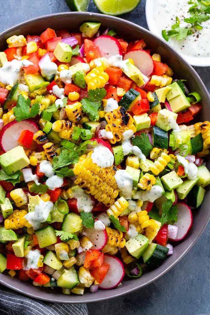 was kann man für salate zum grillen machen eines schüssel mit salat mit mais gurken und avocado