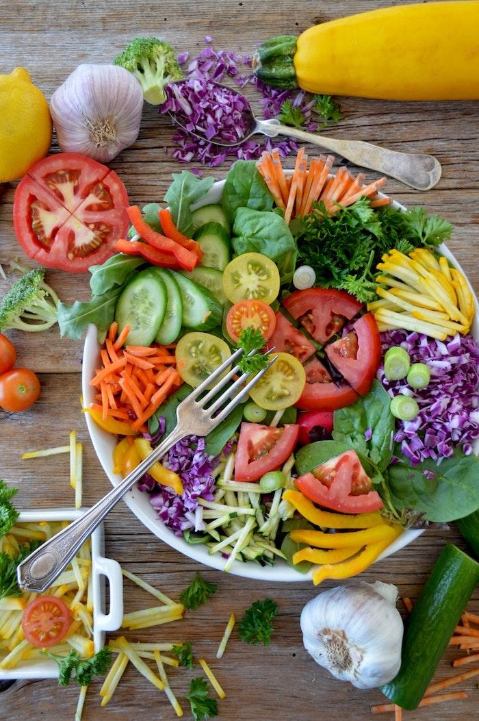 weiße schüssel party salate zum grillen gabel und salat mit roten tomaten paprikas und möhren