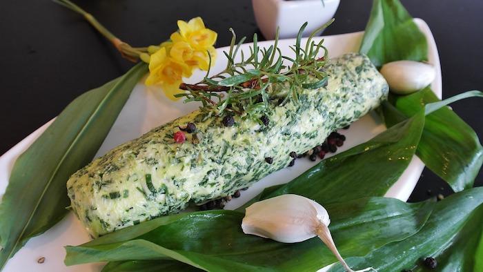 weißer teller mit butter aus frischem bärlauch gelbe blumen gewürze beilagen zum grillen schnell gemacht