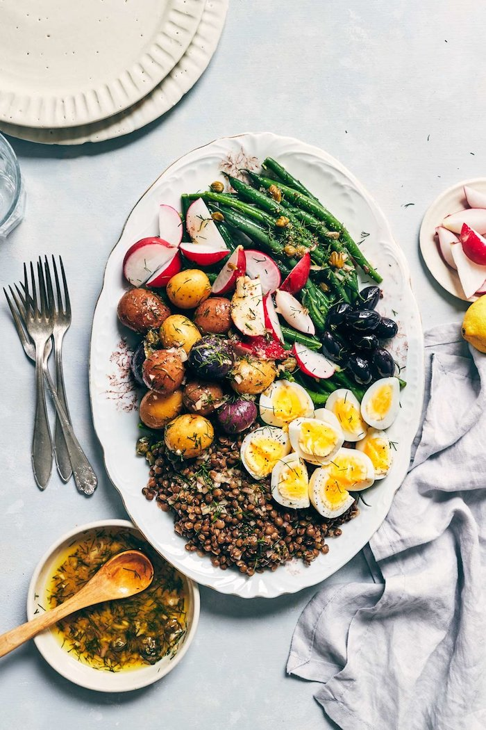 weißer teller mit grischen gemüsen salat zum grillen schnell gemacht salat mit. kartoffeln spargeln und eiern