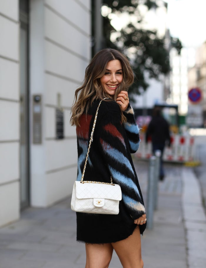 weiße chanel umhängetasche schwarzes kleid street style inspiration frisuren für mittellanges haar braune gewellte haare
