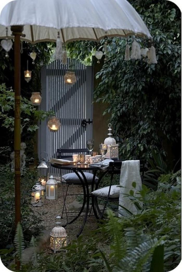 weißer vintage schirm runder tisch schwarze stühle garten ideen einfach romantische einrichtung hinterhof inspo