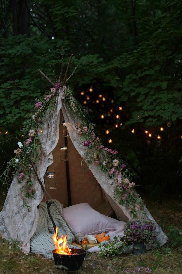 weißes zelt im garten dekoriert mit schönen blumen kleines.feuer große kissen beispiele gartengestaltung boho chic romantisch