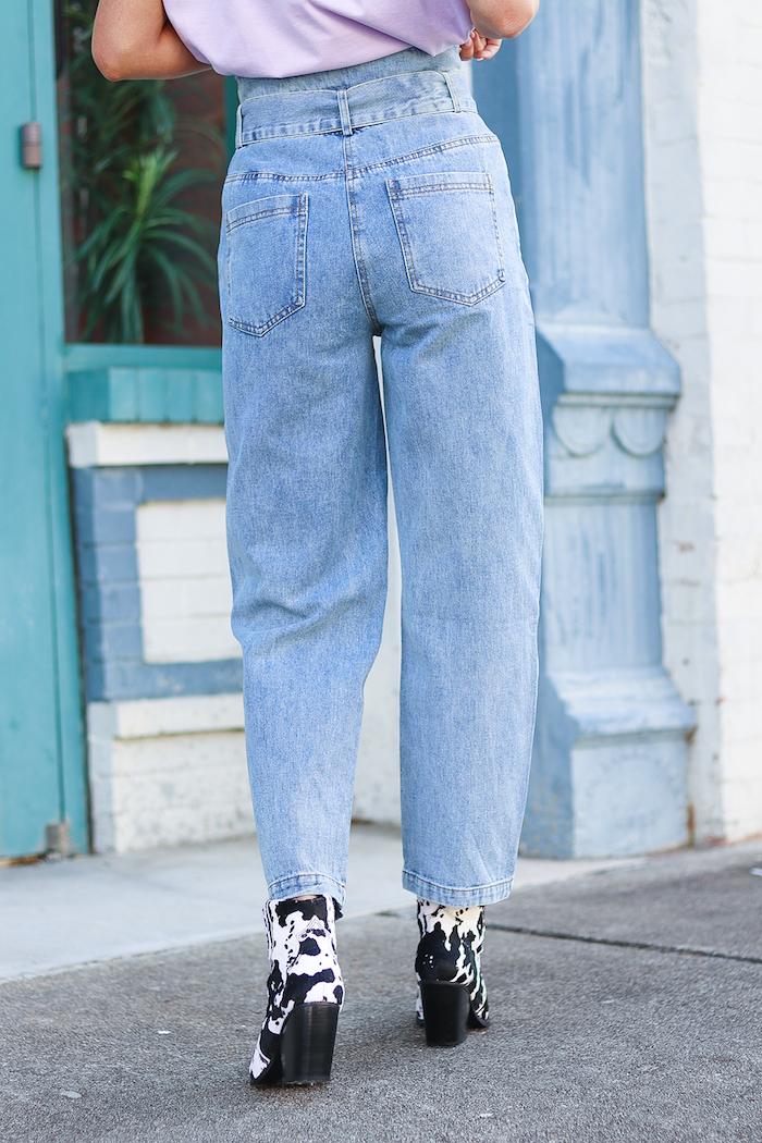 weite jeans mit hohem bund paperbag hose stylen schwarz weiße schuhe mit absatz style inspiration und tipps