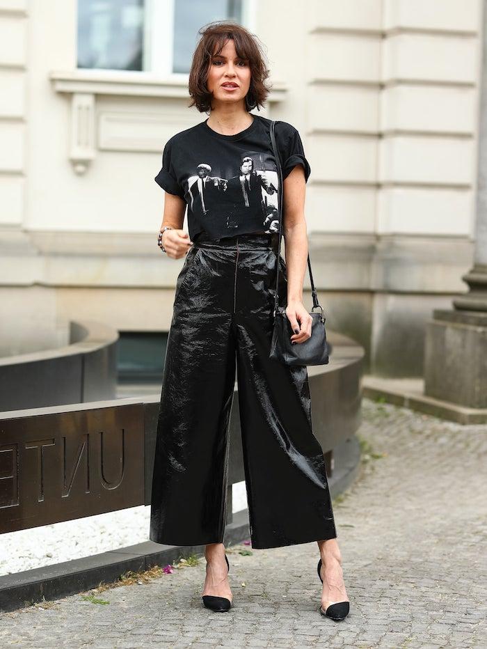 weite schwarze hose schwarze t shirt mit print kurzhaarfrisuren frauen frech mit pony shaggy bob frisur inspiration