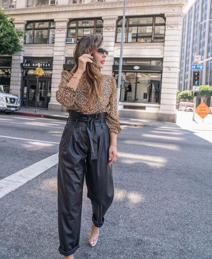 weites hemd mit leoparden print paperbag hose schwarz aus leder elegant angezogene dame lange gewellte haare mit blonden strähnen