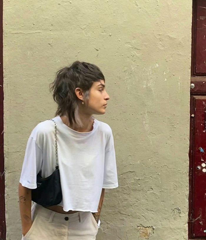 weites weißes t shirt schwarze tasche frisuren oberkopf kurz hinten lang ausgefallene haarschnitte