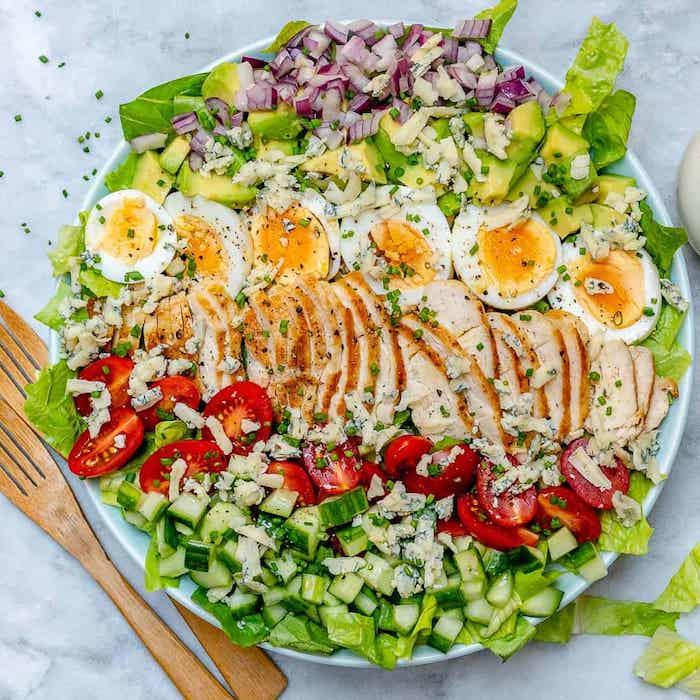 welche salate passen zum grillen gabel aus holz ein schüssel mit fleisch eiern und knoblauch