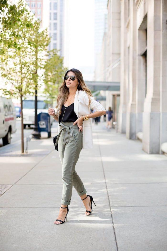 wie sie eine paperbag hose stylen können ideen und inspiration blass grüne hosen kombiniert mit schwarzem top und weiße elegante jacke schwarze high heels street style