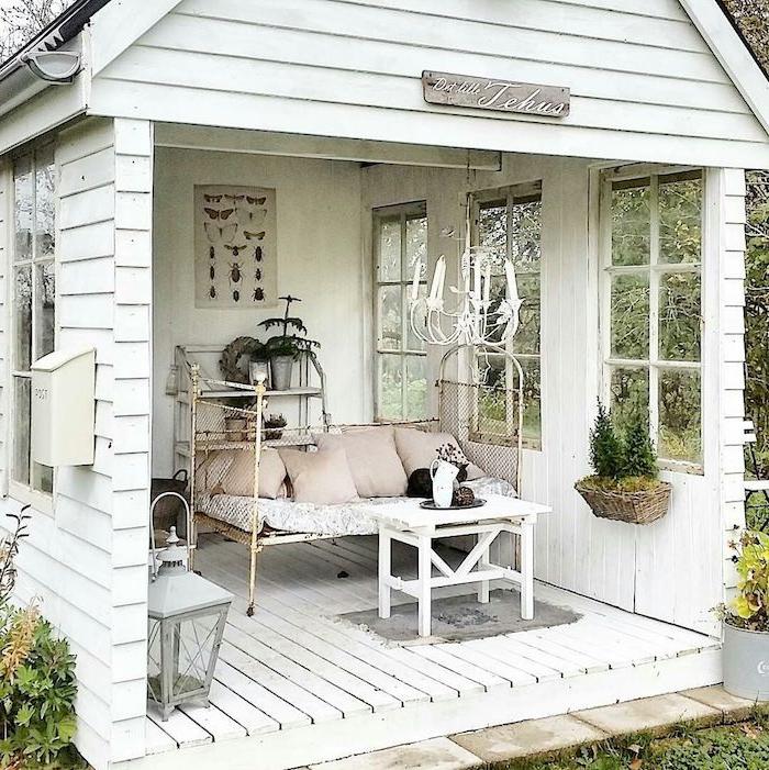 wie sie ihr gartenschuppen umwandeln können kleines sofa mit pink.beigen kissen kleines gartenhaus umwandeln inspiration