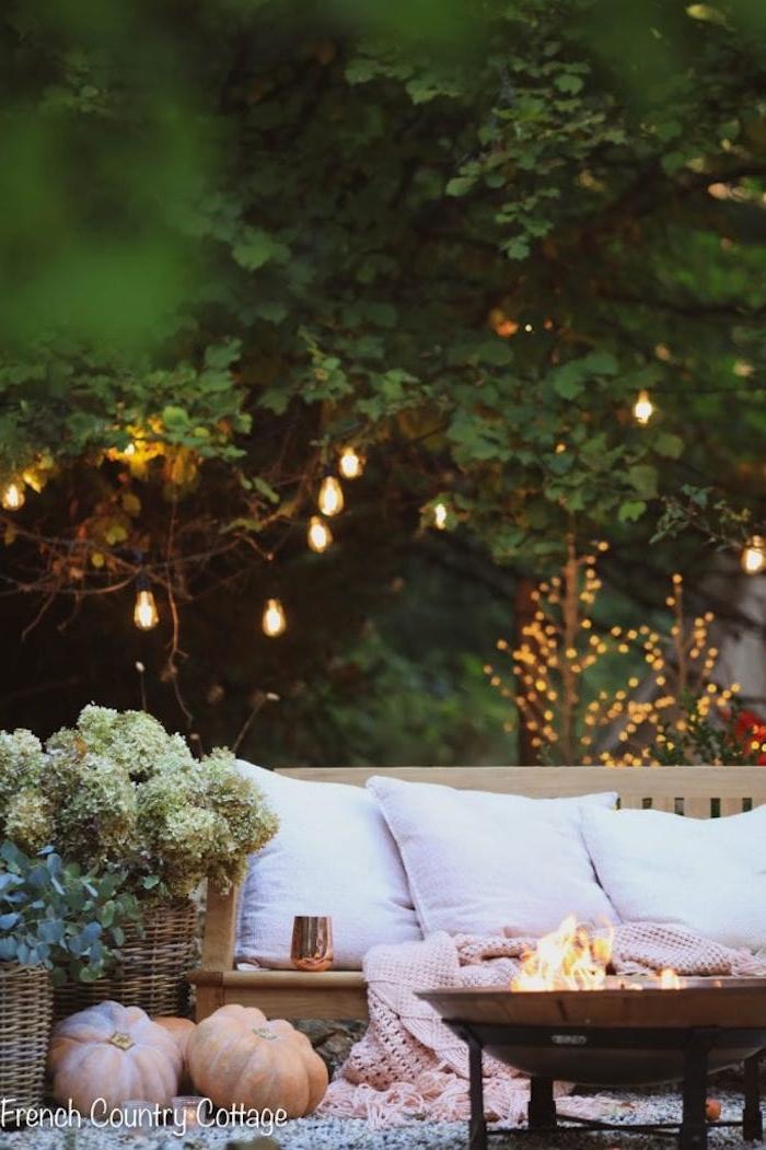 wie sie ihren garten schöner mchen können große grüne bäume kleine feuerstelle kliener garten modern gestalten weiße kissen