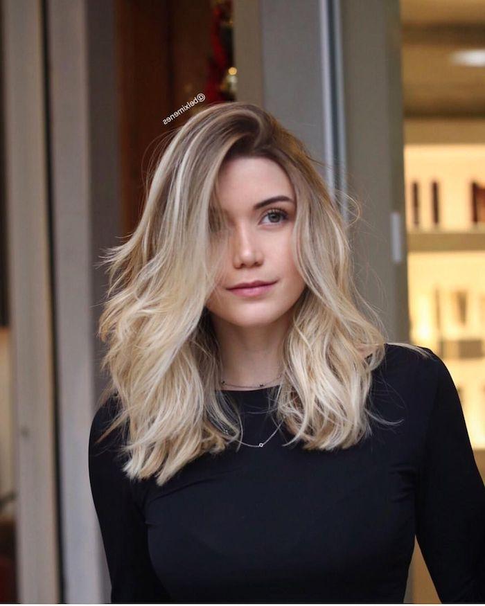 wie sie schulterlange haare stylen können tips und ideen fraun mit blonden gewellten haaren basic schwarze bluse outfit