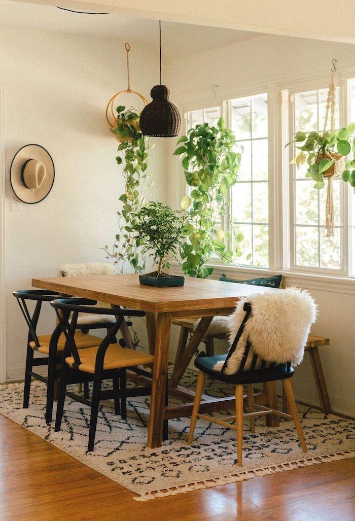 wie soll ich meinen essraum einrichten esszimmer ideen böhmischer stil dekoration mit grünen pflanzen großer rechteckiger tisch schwarze stühle