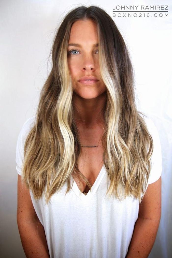 wie soll ich mir die haare färben welche strähnen passen zu blonden haaren dame mit langen gewellten haaren weißes t shirt mit v ausschnitt