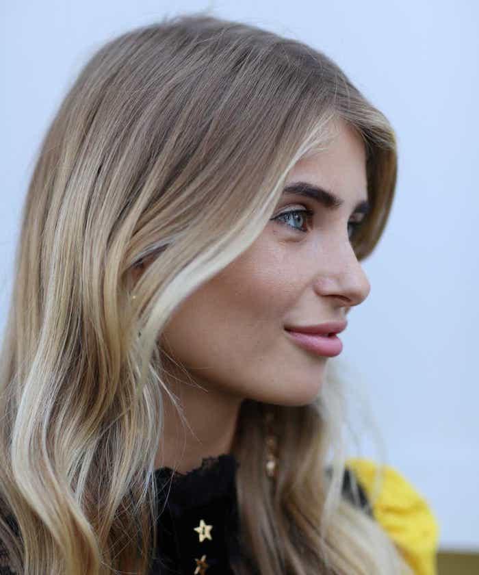 xenia adonts haare blond mit highlights blonde strähnen vorne goldene halskette mit sternen street style haare inspo und haarfarben ideen