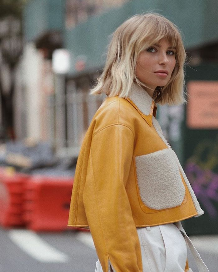 xenia adonts street style gewellte blonde haare kurz geschnitten frisuren mittellang bob gelbe lederjacke weiße hosen