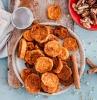 zimt und ein teller mit gebratenen süßkartoffeln beilagen zum grillen schnell gemacht haselmüsse