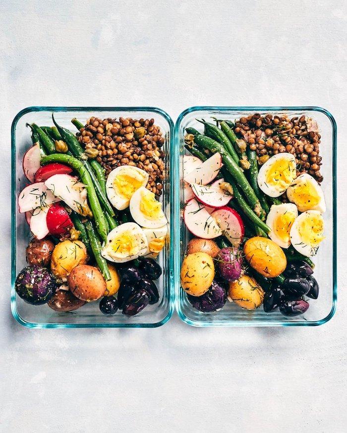 zwei schüssel aus glas party salate zum grillen salate mit eiern kartoffeln und kicheererbsen
