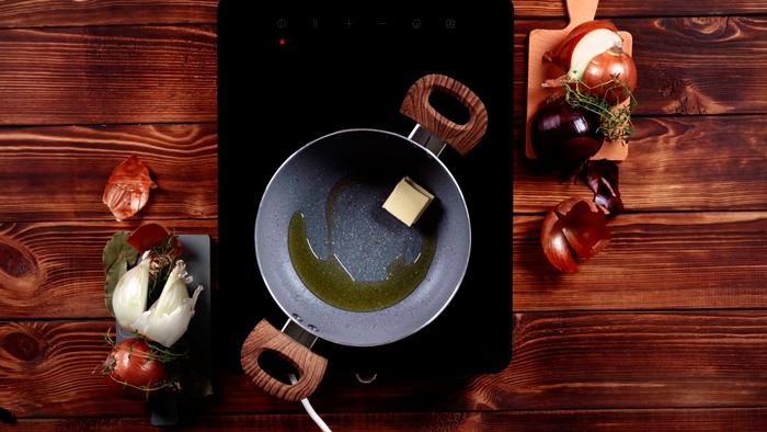 zwiebelsuppe rezept einfach butter in pfanne erhitzen französische suppe mit zwiebel