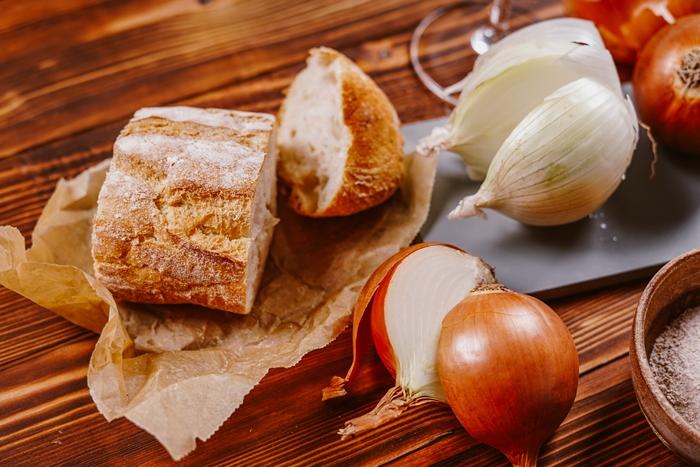 zwiebelsuppe rezept einfach französische speise zwiebel bruschettas suppe zubereiten nötige zutaten