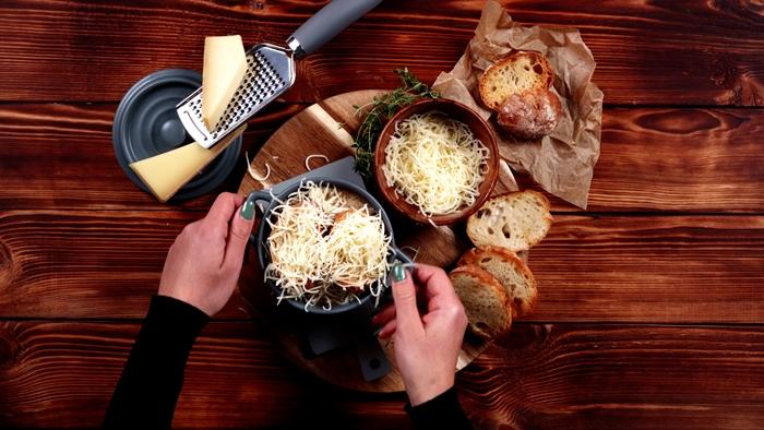 zwiebelsuppe rezept einfach französische suppe miz zwiebel und geriebenem käse