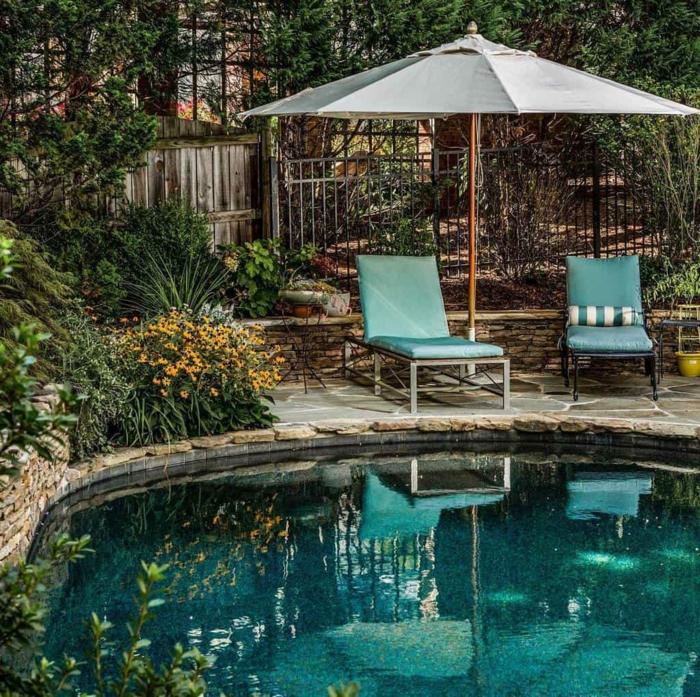boho chic garten ideen und inspo grauer schirm chaiselongues in blau pool für kleinen garten rund viele grüne pflanzen