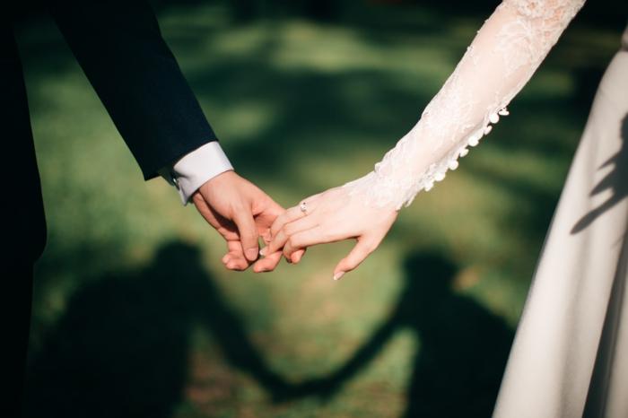 brautpaar hält händchen hochzeit planen checklist kostenlos downloaden