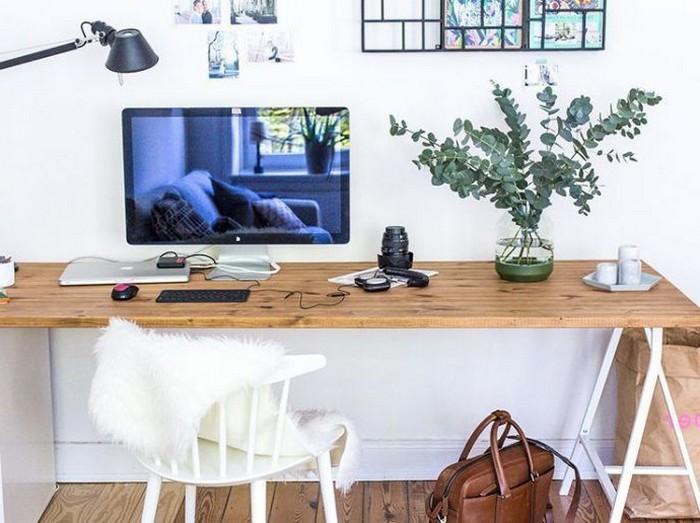 büro gestalten home office ausstattung schreibtisch einrichten an die wand hängen großes bildschirm vase weißer bürostuhl