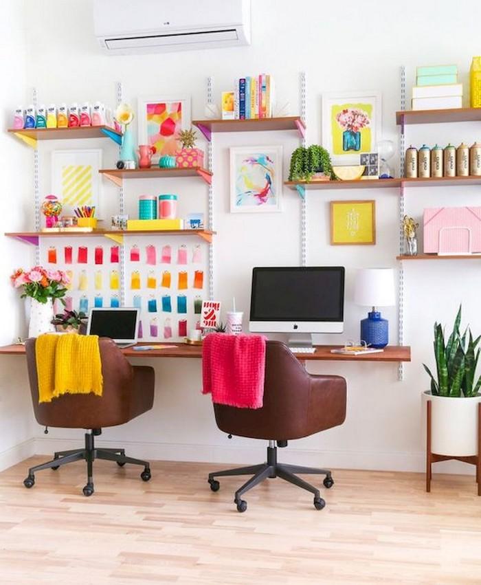 büro gestalten home office schreibtisch home office möbel einrichten wndschreibtisch aufhängen wandregale bunt zwei lederstühle braun