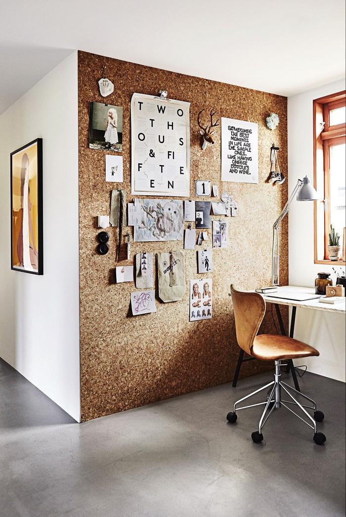 büro gestalten kleines büro einrichten home office ausstattung schreibtishc home office home office einrichten kleine nische für home office mit korkwand pinnwand holzstuhl weißer tisch