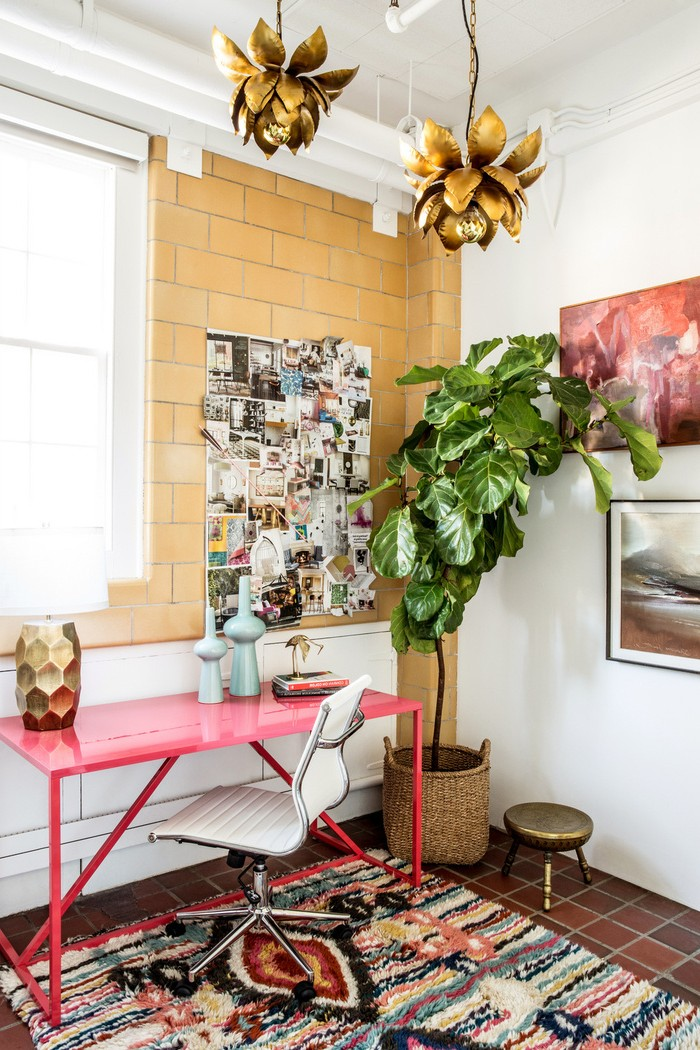 büro zuhause einrichten home office ideen helles home office mit großen pflanzen kleiner schreibtisch in rot ziegelwand in gelb dekorative lampen