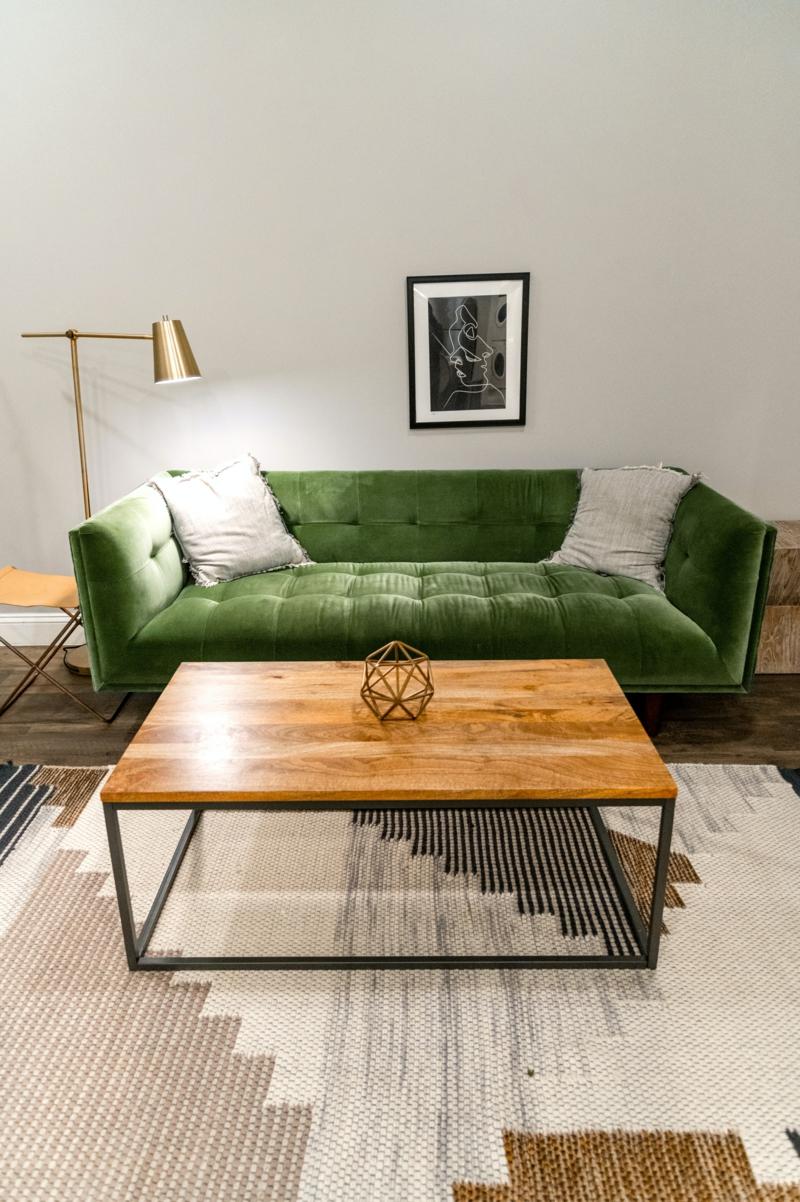 caffeetisch aus stahl und holz grüner couch inneneinrichtung ideen