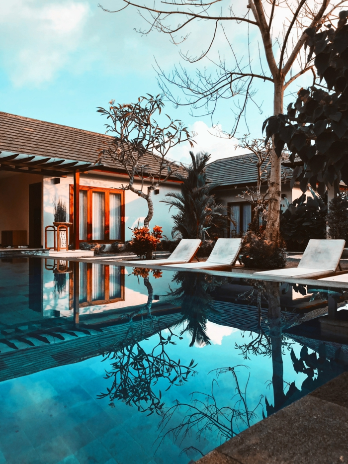 drei moderne chaiselongues mit weißer polsterung modernes haus mit schwimmbad pool garten inspiration