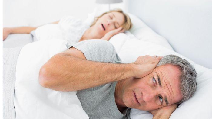 ehefrau schnarcht laut ehemann hält sich die ohren zu hausmittel gegen schnarchen ideen und wichtige informationen