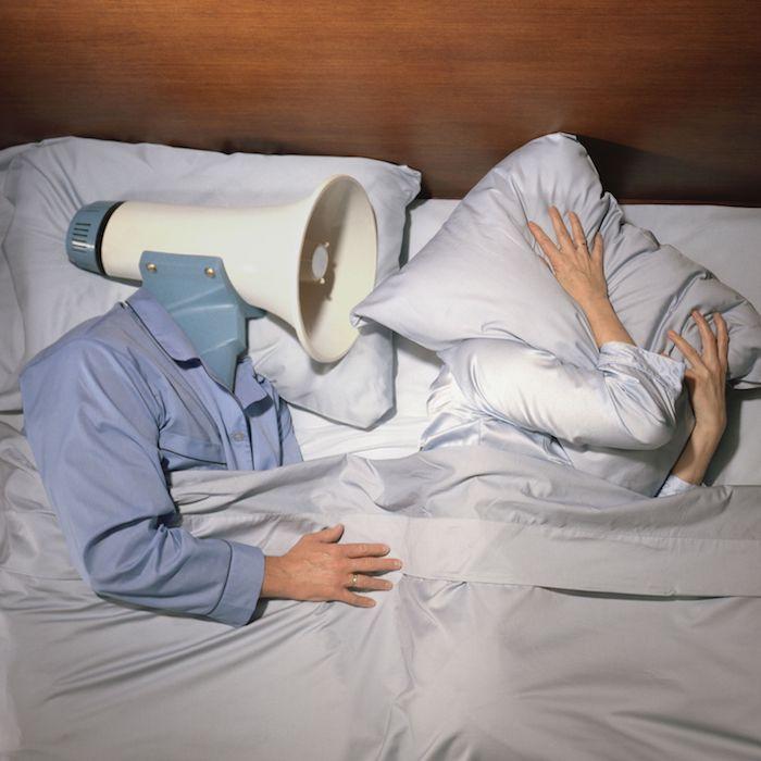 ehepaar im bett ehemann schnarcht laut ehe kann nicht schlafen schnarchen ursachen und heilmittel wichtige informationen