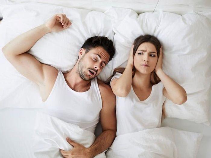 ehepaar im bett mann schnarcht frau kann nicht schlafen mittel gegen schnarchen selber machen