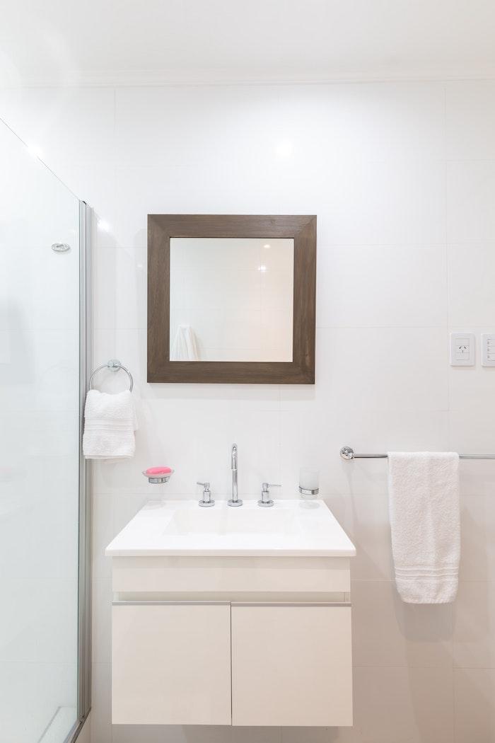 ein spiegel im badezimmer einrichten